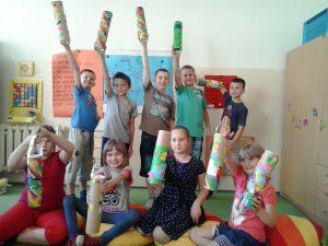 Grupa zadowolonych dzici. Prezentują wykonane tuby