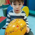 Odnośnik do Terapii Integracji Sensorycznej Zdjęcie malującego dziecka na nadmuchanym balonie